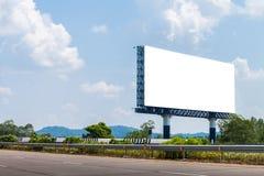 Leere Anschlagtafeln für auf der Autobahn annoncieren stockfotografie