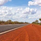 Leere Asphaltstraße durch australisches Hinterland Mittel-Australien lizenzfreie stockfotografie