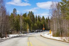 Leere Asphaltstraße in Finnland stockfotos