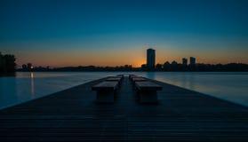 Leere Bänke bei Sonnenaufgang lizenzfreie stockbilder