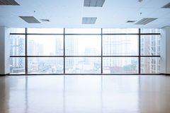 Leere Büroräume mit großem Fenster Stockfotos