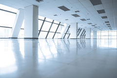 Leere Büroräume mit großem Fenster Stockfotografie