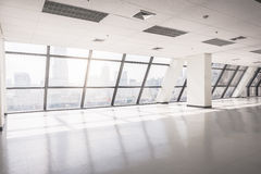 Leere Büroräume mit großem Fenster Stockfoto