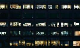 Leere Büros nachts lizenzfreie stockbilder