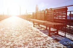 Leere Bahnhofsplattform für die Aufwartung bildet ` Novoselovka-` in Charkiw, Ukraine aus Bahnplattform im sonnigen Winter DA Stockfotografie