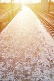 Leere Bahnhofsplattform für die Aufwartung bildet ` Novoselovka-` in Charkiw, Ukraine aus Bahnplattform im sonnigen Winter DA lizenzfreies stockbild
