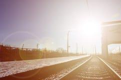 Leere Bahnhofsplattform für die Aufwartung bildet ` Novoselovka-` in Charkiw, Ukraine aus Bahnplattform im sonnigen Winter DA Lizenzfreie Stockbilder