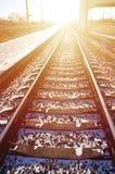 Leere Bahnhofsplattform für die Aufwartung bildet ` Novoselovka-` in Charkiw, Ukraine aus Bahnplattform im sonnigen Winter DA Lizenzfreies Stockfoto