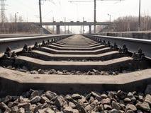 Leere Bahnlinie, Schienen, Lagerschwellen, Schuttabschluß oben, Weitwinkel-, getontes Braun, selektiver Fokus lizenzfreie stockfotos