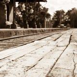 Leere Bahnstation mit alter hölzerner Plattform auf erster Fläche Stockfotos