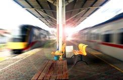 Leere Bahnstation mit sich schnell bewegenden Zügen Stockbilder