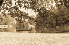 Leere Bank auf dem Seeufer Bild der Einsamkeit, aber auch des Friedens Stockbild