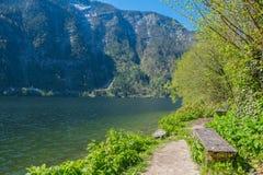 Leere Bank auf der Ufergegend mit einer erstaunlichen Ansicht von einem See Stockfotos