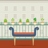 Leere Bank am Balkon mit Blumentopf Stockfoto