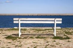 Leere Bank am Pier lizenzfreies stockfoto
