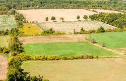 Leere Bauernhoffelder eingefaßt durch Baumgrenzen Lizenzfreie Stockfotos