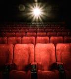 Leere bequeme rote Sitze im Kino Lizenzfreie Stockfotos