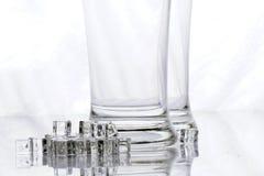 Leere Bier-Glas- und Eiswürfel Stockfoto