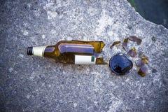 Leere Bierflasche gegen alte Backsteinmauer und Fenster - Sackgassemetapher Lizenzfreie Stockfotografie