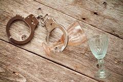 Leere Bierflasche gegen alte Backsteinmauer und Fenster - Sackgassemetapher Lizenzfreies Stockbild