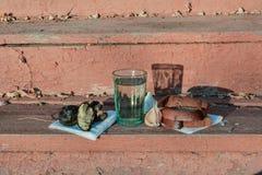 Leere Bierflasche gegen alte Backsteinmauer und Fenster - Sackgassemetapher Stockbild