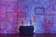 Leere Bilderrahmen auf Wand und Kasten Stockbilder