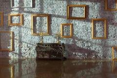 Leere Bilderrahmen auf der Backsteinmauer Stockfotos