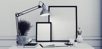Leere Bilderrahmen auf einem einfachen modernen Schreibtisch Lizenzfreie Stockbilder