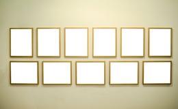 Leere Bilderrahmen auf Galeriewand Stockbilder