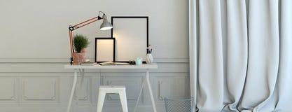 Leere Bilderrahmen belichtet durch eine Lampe Stockbild