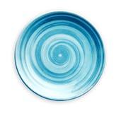 Leere blaue keramische Platte mit dem gewundenen Muster in den Aquarellarten, Ansicht von oben lokalisiert auf weißem Hintergrund stockbilder