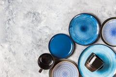 Leere blaue Platten auf Grey Background Lizenzfreie Stockfotografie