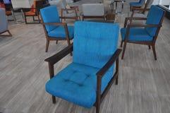 Leere blaue Stühle Stockfotos
