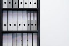 Leere blinde Ordner mit Dateien im Regal Archivalisch, Stapel Dokumente im Buch im Büro mit Raum für Text lizenzfreies stockfoto