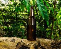 Leere braune Bierflasche Stockbild