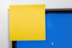 Leere Briefträger-Anmerkung über Computer-Monitor-Ecke Stockbild