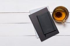 Leere Bucheinbandschablone mit Seite in der Vorderseitestellung auf wei?em h?lzernem Hintergrund stockfotos
