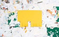Leere bunte Papieranzeigeneinsätze auf einem schmutzigen Brett lizenzfreies stockfoto