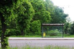 Leere Bushaltestelle im Grün Stockbilder
