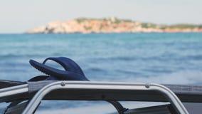 Leere Chaise Longue Under Sun Umbrella auf der Ozean-Küste stock video footage