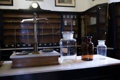 Leere chemische Flaschen in der alten Apotheke stockfotos