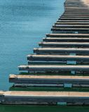 Leere Docks an einem Jachthafen lizenzfreies stockbild