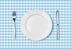 Leere Draufsicht des großen Tellers über blauen Picknicktischstoff Stockbild