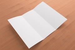 Leere dreifachgefaltete Broschüre auf hölzernem Hintergrund Stockfoto