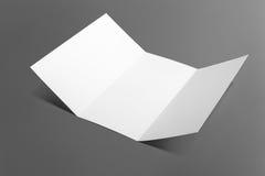 Leere dreifachgefaltete Broschüre lokalisiert auf Grau Lizenzfreies Stockfoto
