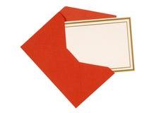 Leere Einladungs- oder Mitteilungskarte mit dem roten Umschlag lokalisiert, Kopienraum Lizenzfreie Stockbilder