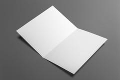 Leere Einladungskarte lokalisiert auf Grau Stockbild