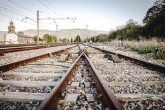 Leere Eisenbahn nah an Thbahnstation Lizenzfreie Stockfotos