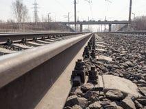 Leere Eisenbahn, Schienen, Lagerschwellen, Schuttabschluß oben, Weitwinkel-, getontes Braun, selektiver Fokus lizenzfreie stockfotografie