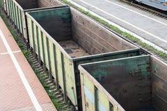 Leere Eisenbahnwagen auf den Bahnen stockbild